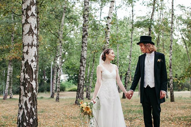 Brautpaarfotos im Birkenwald des Dreipfuhlpark Zehlendorf bei Vintage-Hochzeit in Berlin © Hochzeitsfotograf Berlin www.hochzeitslicht.de