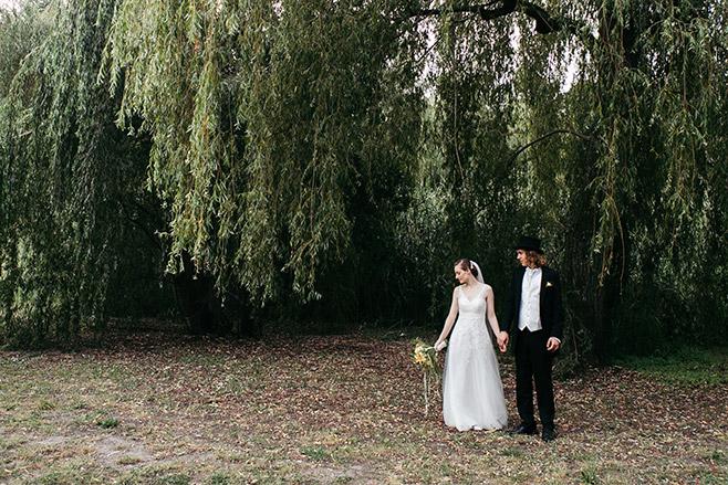 Hochzeitsfotografie im Vintage-Stil von Brautpaar vor Trauerweide im Dreipfuhlpark Berlin-Zehlendorf © Hochzeitsfotograf Berlin www.hochzeitslicht.de