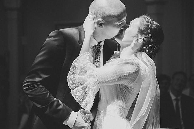 Hochzeitsfoto bei Hochzeitsreportage von Trauung in Alter Neuendorfer Kirche Potsdam aufgenommen von professioneller hochzeitslicht Hochzeitsfotografin © Hochzeitsfotograf Berlin www.hochzeitslicht.de