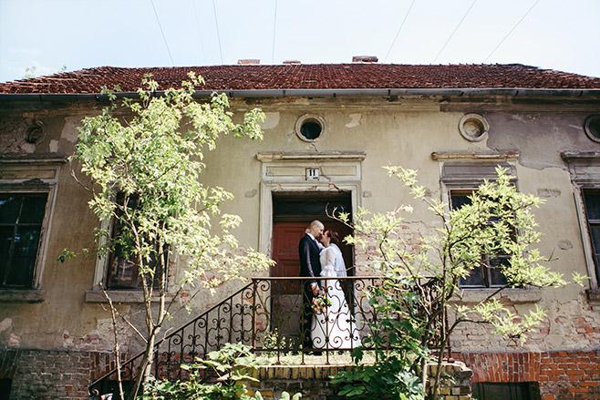 Hochzeitsfotografie von Brautpaar vor altem Haus bei Vintage-Hochzeit in Nähe Alter Neuendorfer Kirche aufgenommen von professionellem Hochzeitsfotograf Potsdam © Hochzeitsfotograf Berlin www.hochzeitslicht.de