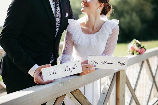 Hochzeitsfoto von Brautpaar im Park Glienicke mit Mr. Right Schild und Mrs. Always Right Schild aufgenommen von professioneller Hochzeitsfotografin Potsdam © Hochzeitsfotograf Berlin www.hochzeitslicht.de